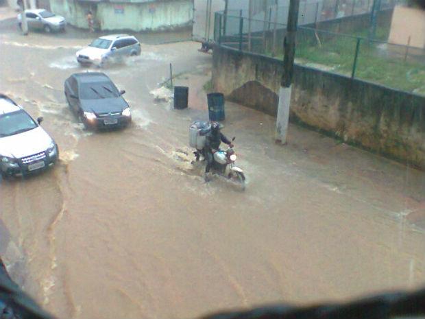 Chuva causa transtornos no bairro Jardim América, em Cariacica