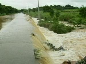 Dique se rompe em Campos (Foto: Reprodução/TV Globo)