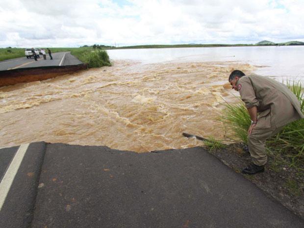 Dique se rompe e destrói trecho de estrada em Campos, no Norte Fluminense (Foto: Antônio Cruz/AE)