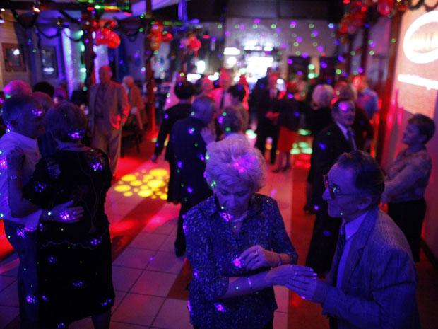 Idosos dançam durante a discotecagem da DJ polonesa Wika Szmyt, de 73 anos (Foto: Kacper Pempel/Reuters)