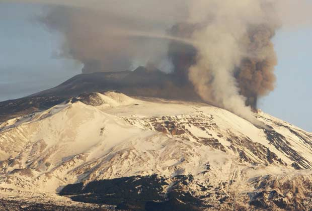 Coluna de cinzas se ergue do vulcão Etna, na ilha italiana da Sicilia, nesta quinta-feira (5) (Foto: Reuters)