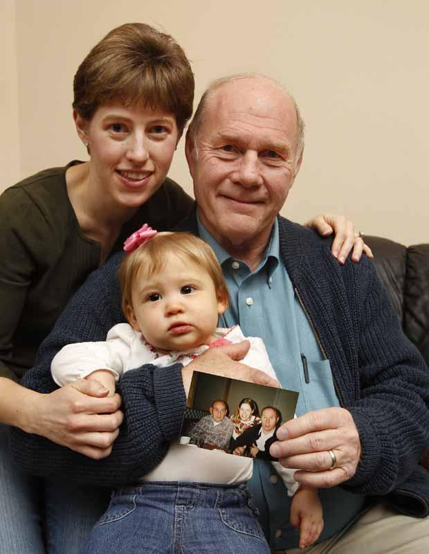 Julia Gonyer (à esquerda) posa com seu pai, Richard Stiff, e sua filha, Kourtney Gonyer, na casa deles em Sylvania Township, no estado americano de Ohio. Todos eles nasceram no dia 4 de janeiro, assim como Marshall Stiff, o pai de Richard, já morto, e que aparece na foto. A foto foi feita na celebração dos aniversários deles, em 1995. Todos nasceram no mesmo dia em partos naturais, não programados. (Foto:  The Blade, Dave Zapotosky/AP)