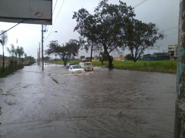 Avenida Brasil, em São Diogo II, na Serra, ficou alagada após chuva. (Foto: Saulo Vasconcellos/VC no ESTV)
