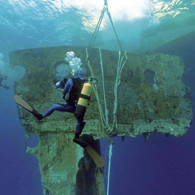 Imagem de 1998 divulgada pela RMS Titanic mostra uma peça de 17 toneladas da fuselagem do transatlântico sendo resgatada (Foto: RMS Titanic / AP)
