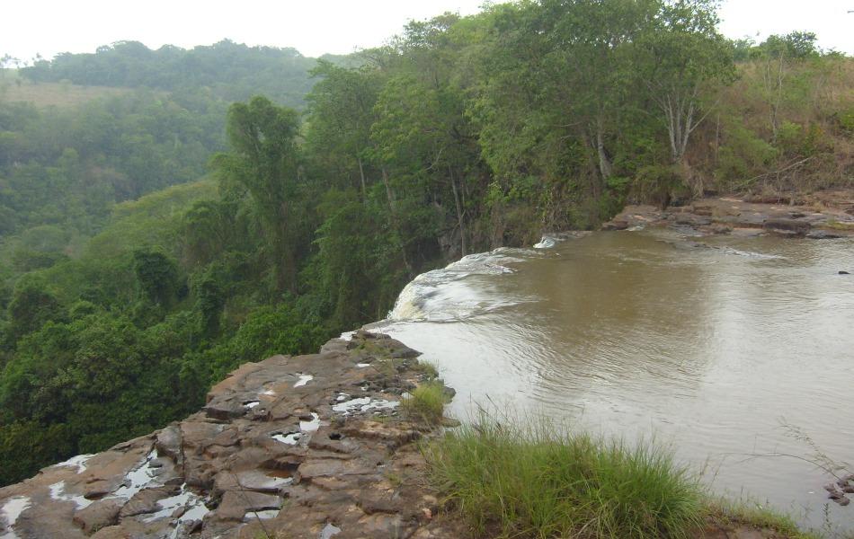 Cachoeira no Parque Salto do Sucuriú vista de cima durante uma descida na tirolesa