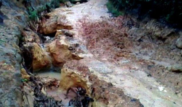 Estradas no interior de Ibatiba foram destruídas pela força da chuva. (Foto: Reprodução / TV Gazeta)