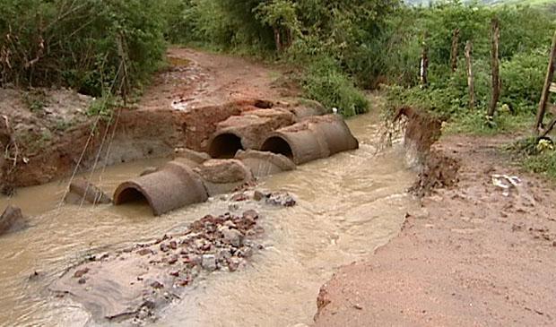 Manilha rompeu e deixou estrada intransitável, em Moxuara. (Foto: Reprodução / TV Gazeta)