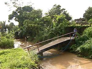 Ponte caiu, no bairro Moxuara. (Foto: Reprodução / TV Gazeta)
