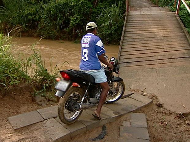 Motociclista se arrisca em ponte que caiu, no bairro Moxuara. (Foto: Reprodução / TV Gazeta)