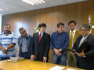 Robério Negreiros, de gravata vermelha, toma posse como deputado da CLDF (Foto: Jamila Tavares / G1)