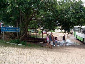 Água avança lentamente na comunidade de Três Vendas, em Campos, nesta quinta (5)  (Foto: Lilian Quaino/G1)