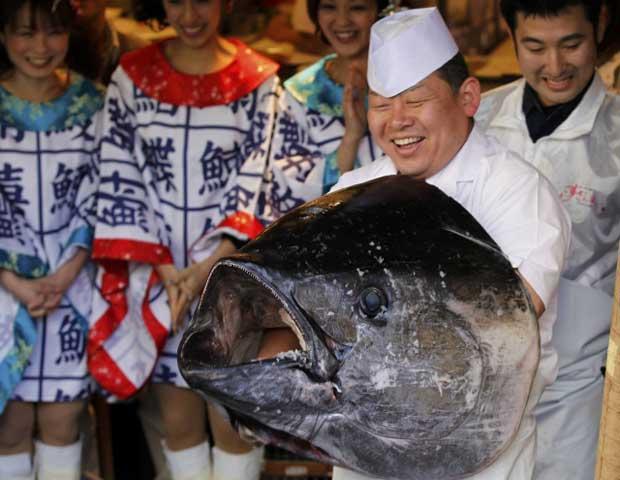 Chef posa com a cabeça do atum gigante nesta quinta-feira (5) em mercado de Tóquio (Foto: Reuters)