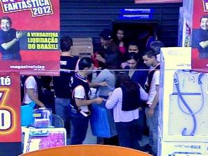Movimento nas lojas Magazine Luiza devido a desconto de 70% (Foto: Reprodução / RBS TV)