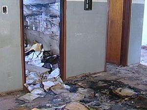 Papéis da Secretaria de Saúde estão espalhados pelo chão (Foto: Reprodução/TV Integração)