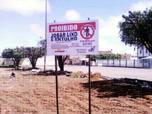 Placas da campanha educativa para evitar despejo de entulho e lixo em Ceilândia (Foto: Divulgação)