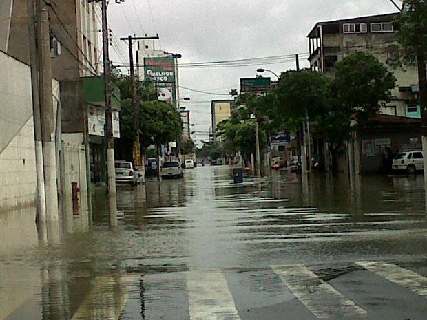 As ruas do Centro de Vila Velha ficaram alagadas com a chuva. (Foto: Danielle Cariello / TV Gazeta)