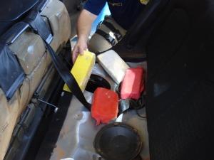 Entorpecente estava escondido no banco traseiro do veículo.  (Foto: Divulgação / PRF)
