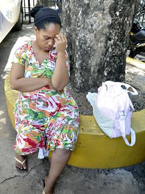 mulher grávida de trabalhador morto em cuiabá (Foto: Ericksen Vital / G1)