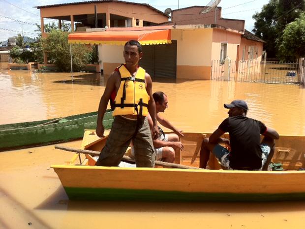 Mesmo com as enchentes, Joilson Ferreira disse que não vai sair de casa (Foto: Lilian Quaino / G1)