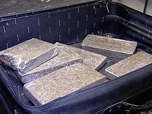 Quase 15 quilos de maconha estavam dentro de uma mala (Foto: Reprodução/TV Integração)