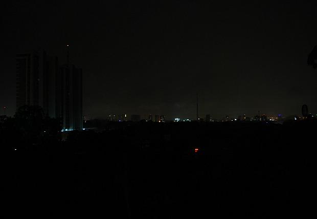 Parte da cidade de Manaus está no escuro (Foto: Emerson Balieiro/TV Amazonas)