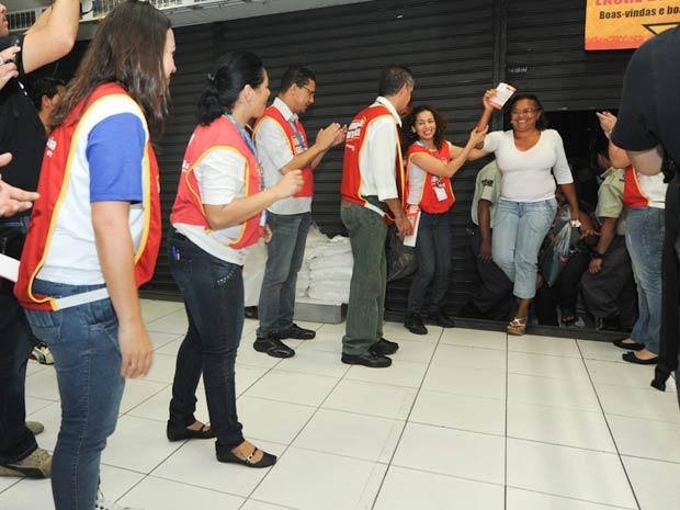 Dezenas de consumidores formaram uma longa fila para aproveitar liquidação em loja em São Paulo nesta sexta-feira (6). As portas foram abertas às 5h. (Foto: Flávio Moraes/G1)