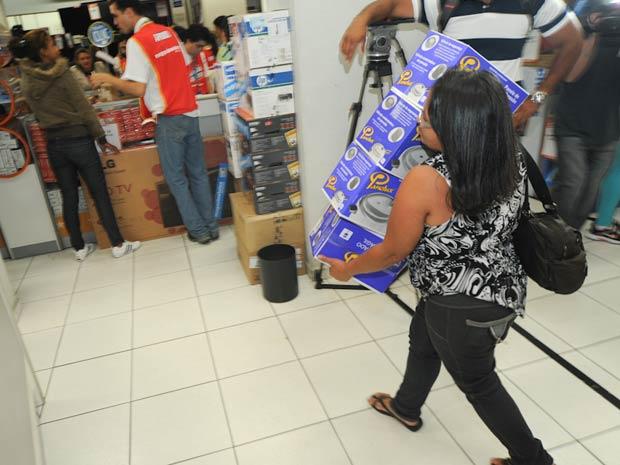 As portas da loja localizada na Zona Oeste da capital paulista abriram às 5h pontualmente. Para evitar tumulto, foram colocados cavaletes que organizavam a fila. A entrada dos compradores foi controlada. (Foto: Flávio Moraes/G1)