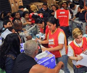 Consumidores enfrentam fila e correria por descontos em liquidação (Foto: Flavio Moraes/ G1)