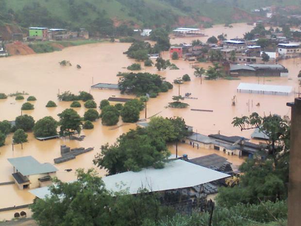 Chuva provoca destruição e alagamento em boa parte da cidade de Muriaé, uma das 99 cidades mineiras em emergência, nesta segunda (2)   (Foto: Adir de Freitas Valentim Junior/VC no G1 )