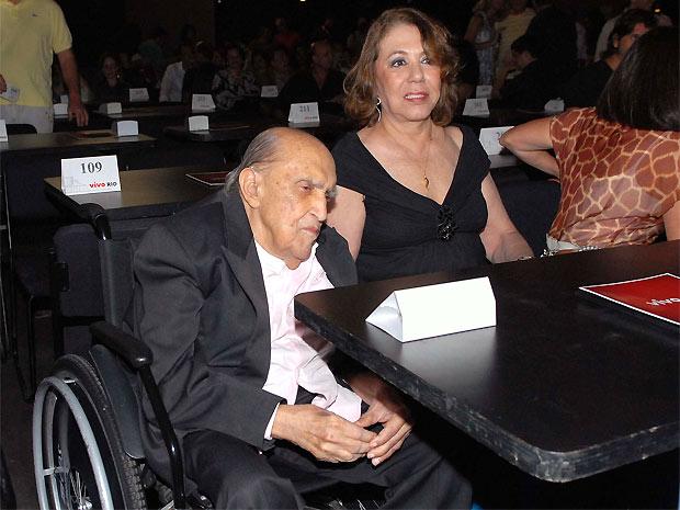O arquiteto Oscar Niemeyer foi aplaudido de pé pelo público que lotou o Vivo Rio, no Rio de Janeiro, na noite de estreia de Chico Buarque no Rio (Foto: Alexandre Durão/G1)