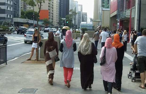 Muçulmanas caminham em calçada na Avenida Paulista, em São Paulo (Foto: BBC)