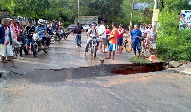 Chuva fez com que asfalto de ponte cedesse, em Cariacica. (Foto: Álvaro Zanotti / TV Gazeta)