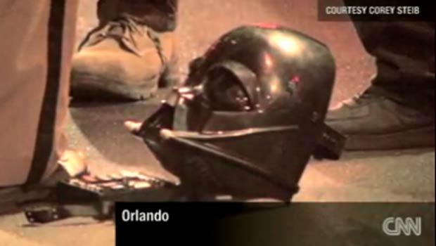 Homem com máscara de Darth Vader agride policial na Flórida (Foto: Reprodução de vídeo)