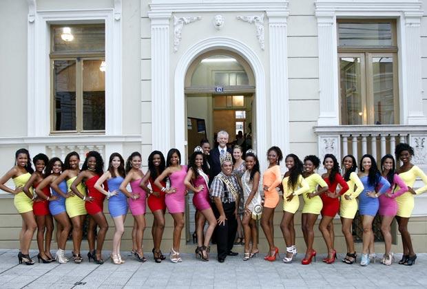 Prefeito de Porto Alegre posa com candidatas a Rainha do Carnaval de Porto Alegre (Foto: Luciano Lanes/PMPA)
