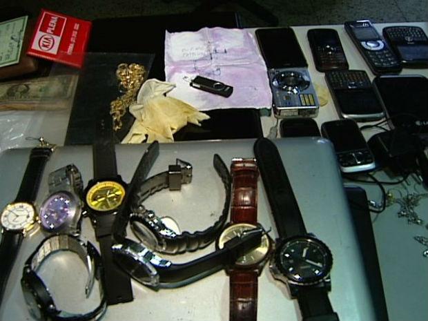 Rapazes levaram computadores, relógios e outros objetos dos funcionários (Foto: Reprodução/TV Gazeta)