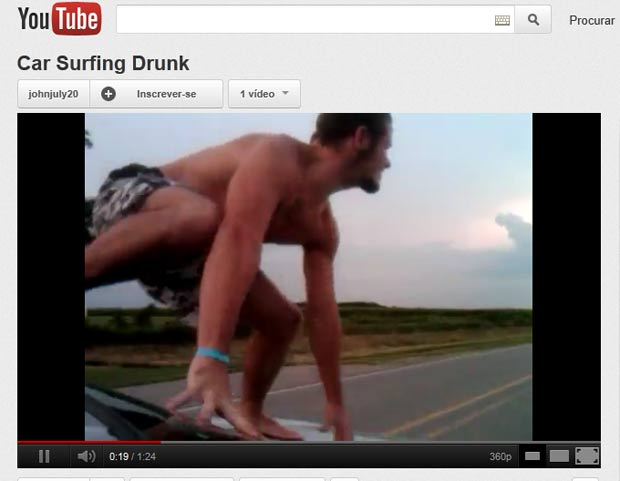 Homem foi filmado surfando sobre o parabrisa e capô do carro em alta velocidade. (Foto: Reprodução/YouTube)
