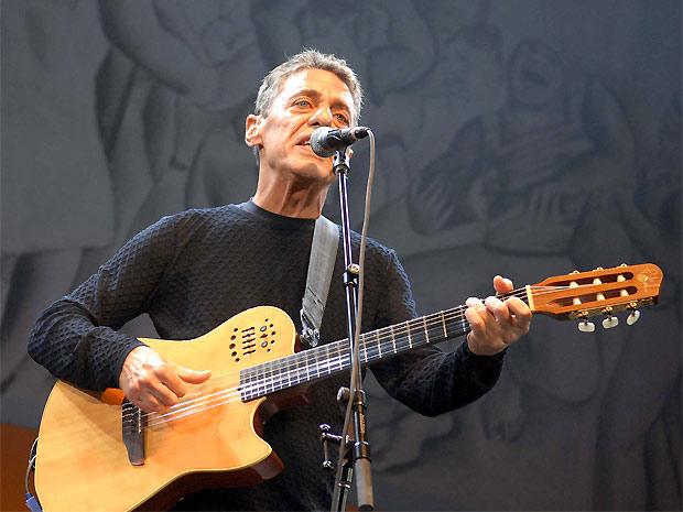 O cantor e compositor Chico Buarque se apresenta no Vivo Rio, no Rio de Janeiro, na noite desta quinta (5): músico carioca misturou canções do novo álbum, 'Chico', com antigos sucessos, como 'Sob medida' e 'O meu amor' (Foto: Alexandre Durão/G1)