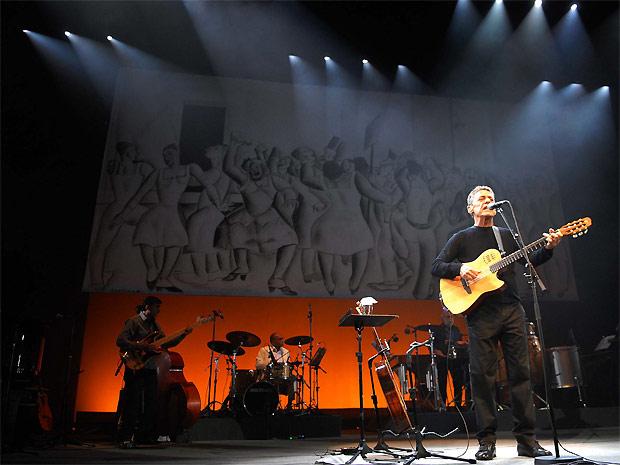 Chico Buarque e parte da banda que o acompanha em quase todos os 90 minutos de show. Cantor relembra parceiros como Tom Jobim e Edu Lobo (Foto: Alexandre Durão/G1)