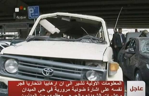 Imagem divulgada pela TV estatal síria mostra carro danificado no local da explosão desta sexta-feira (6) na capital, Damasco (Foto: AFP)