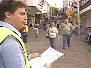 Associação dos Usuários de Transporte distribuiu carta (Foto: Reprodução/TV Integração)