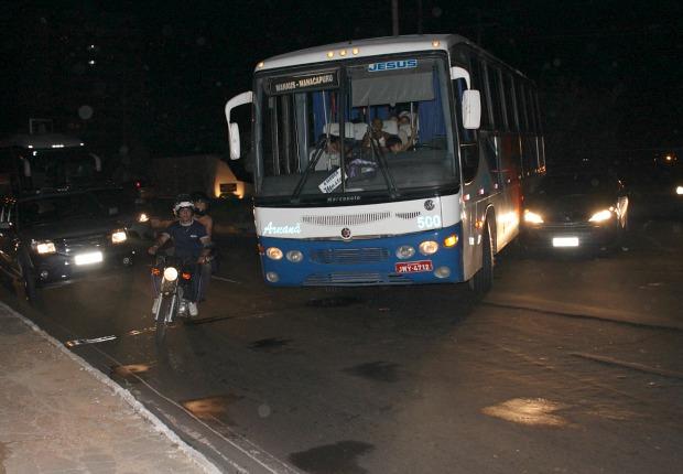 Carros colidiram na rotatória da via (Foto: Anderson Silva/G1 AM)