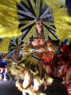 Os grupos de caboclinhos se destacam pelos cocares de pena e preacas. (Foto: Acervo Casa do Carnaval)