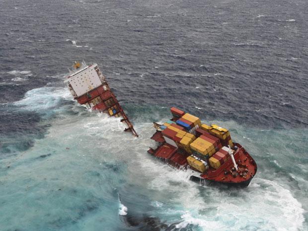 Cargueiro quebrou em duas peças após tempestades (Foto: AP Photo/Maritime New Zealand)