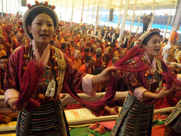 Dançarinas tibetanas se apresentam durante ritual durante o festival Kalachakra  (Foto: AFP)