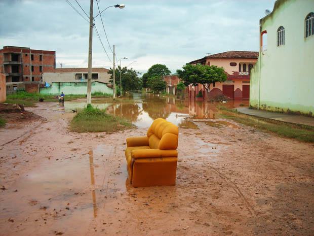 Moradores do bairro Nova JK, em Governador Valadares, abandonam objetos estragados no alagamento ocasionado pelas fortes chuvas (Foto: Daniel Antunes/Hoje em Dia/AE)