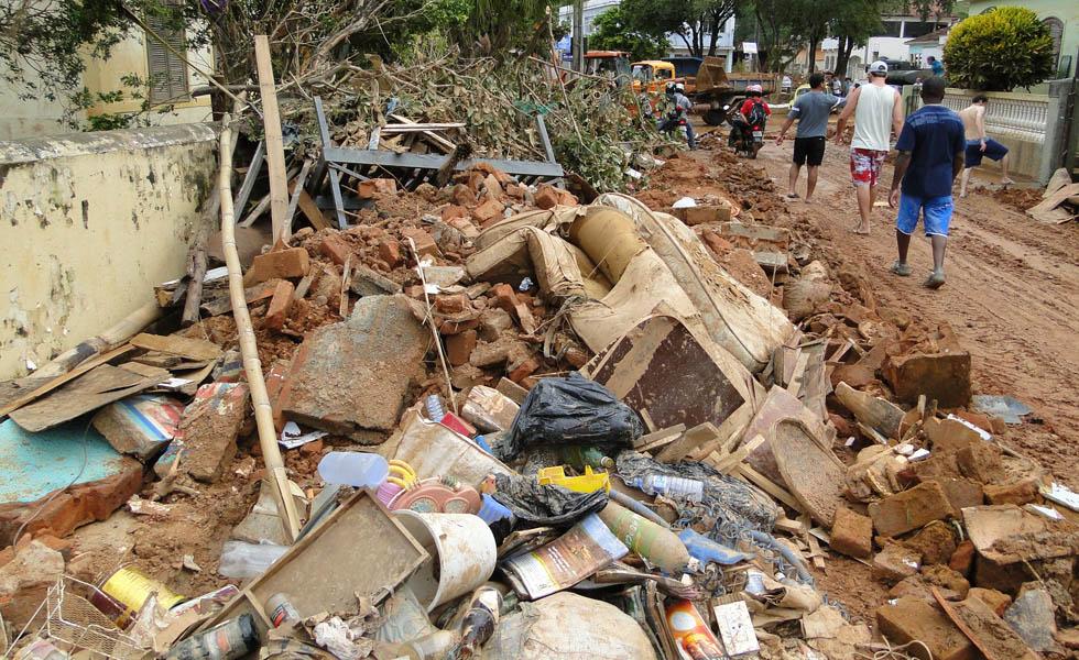 Lixo se acumula nas ruas de Guidoval