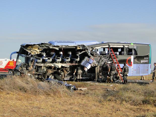 Condutor da carreta tentou desviar, mas traseira do veículo arrancou a parte lateral do ônibus (Foto: João Fábio )