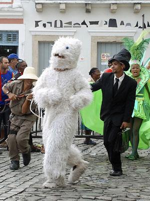 O Urso vem sempre acompanhado do caçador. (Foto: Divulgação / Prefeitura do Recife)