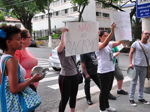 Com cartazes, pequeno grupo fez protesto em frente à Pizzaria Nonno Paolo, contra suposto caso de racismo, na tarde deste sábado (7) (Foto: Cris Faga/AE/AE)