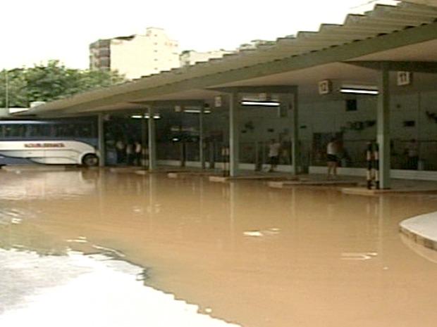 Rodoviária da cidade também foi invadida pela água e está fechada. (Foto: Reprodução/TV Gazeta)